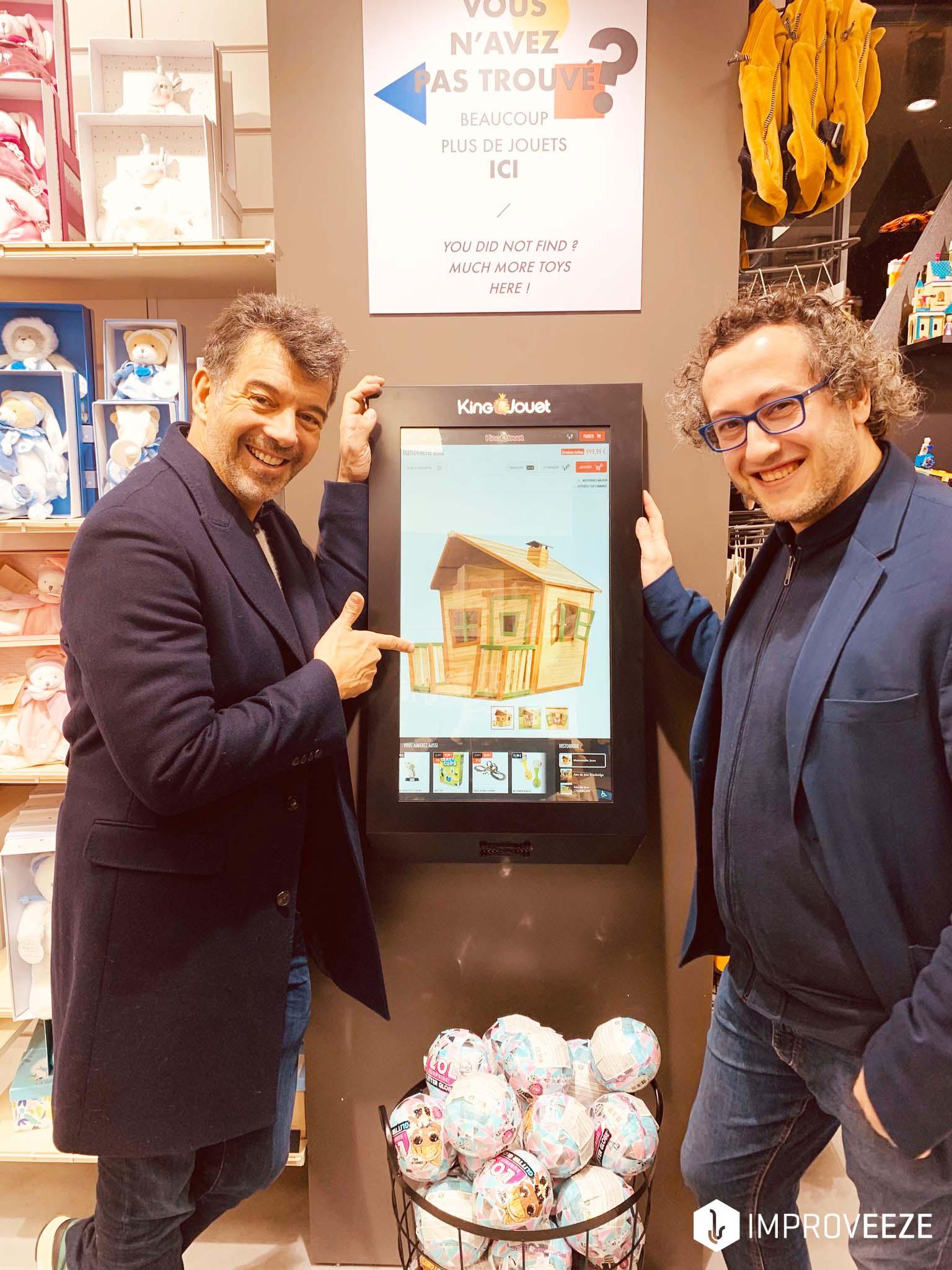 Maxence Dislaire et Stéphane Plaza devant une borne phygitale chez King Jouet Rivoli